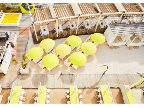 新宿の屋上に500坪の広さを誇る「イエロービーチ」が誕生