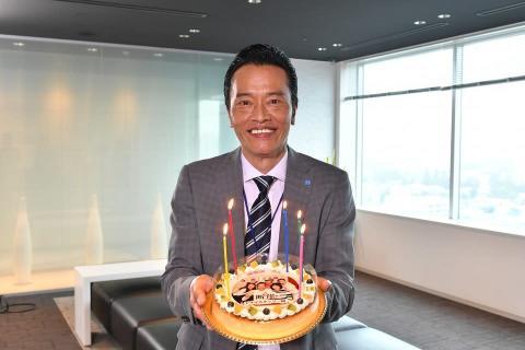 遠藤憲一 フォトケーキの祝福に「すみませんね…こんな58歳に」と照れ笑い
