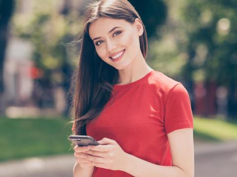 女性赤い服に笑顔