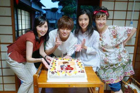 永瀬廉 主演ドラマの現場でCDリリースを祝われ「すげー!」と笑顔