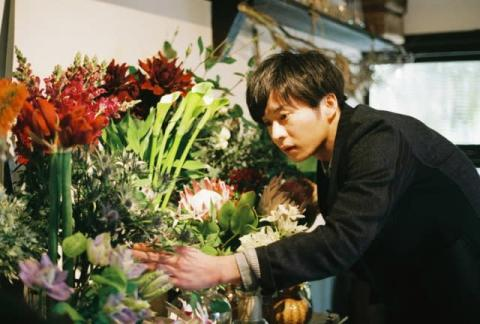 田中圭、最新主演映画で花屋の店主に ヒロインは岡崎紗絵 来年1・17公開