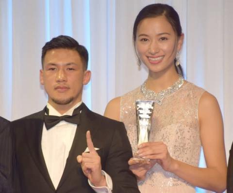 高橋ユウ、ブログでも妊娠報告 夫の卜部弘嵩選手とツーショット写真「赤ちゃんの成長感じながら」