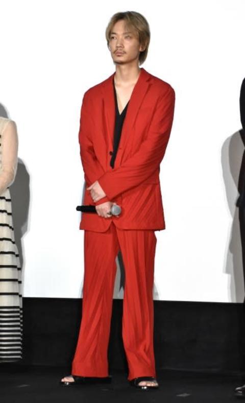 綾野剛、カズレーザー風?赤スーツ&金髪姿で登場 「ライブですか」とツッコミも
