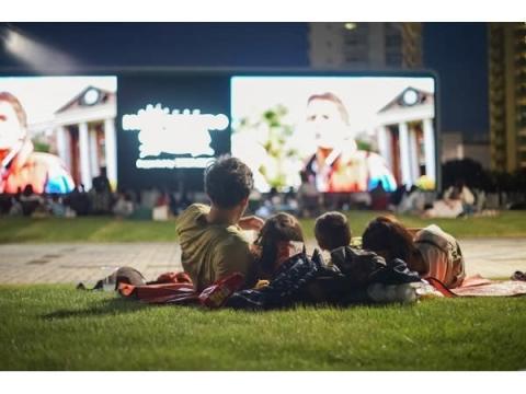 家族で寝転んで楽しもう!川崎競馬場が一夜限りの野外映画館に