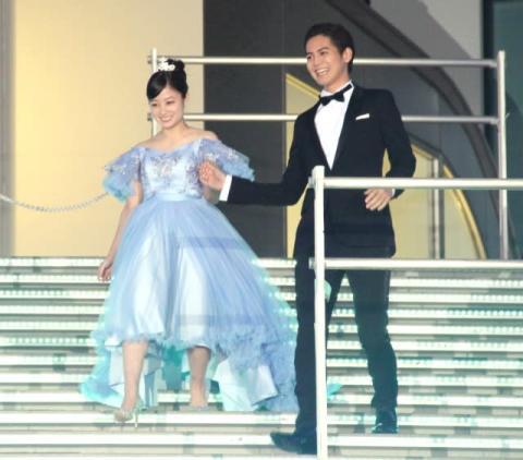 橋本環奈、シンデレラ化 片寄涼太のエスコートに会場興奮「うらやましい!」「かわいい」