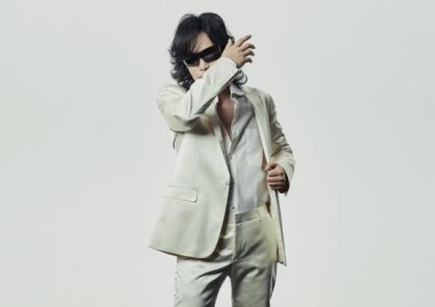 Toshl『FNS歌謡祭』で藤巻亮太とコラボ 「粉雪」披露