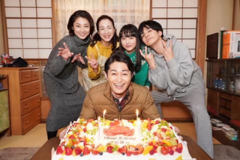 """安田顕、サプライズバースデーは""""蟹ケーキ""""でお祝い"""