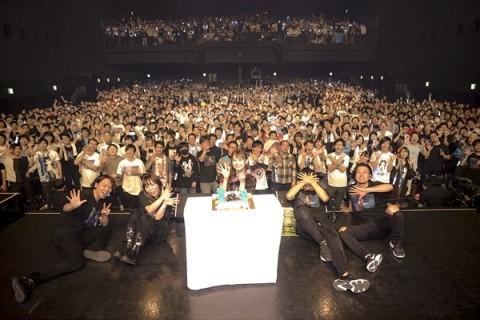 芹澤優、自身初となる1stソロツアーで21曲を大熱唱!熱狂の夜公演をレポート 【アニメニュース】