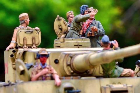 """プラモなのに""""戦車長のがなり声""""が聞こえる? タイガー戦車を""""舞台装置""""にして個性豊かな搭乗員を表現"""