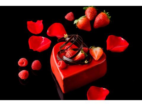 """2人の""""キューピッド""""に!真っ赤なハートのバレンタインチョコレートケーキ"""