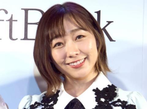 「ニットを脱ぐと…」須田亜香里、寝転び美脚&胸元チラリなオフショット公開