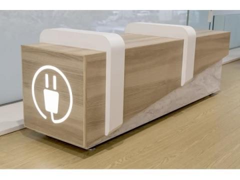 新宿駅・特急ロマンスカーホームにバッテリーチャージができるベンチが登場