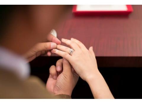 自宅で選べて外出の不安も払拭!結婚指輪の郵送試着プランでカップルを応援