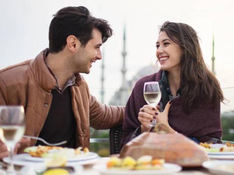 初対面でドキッ…一目で「恋愛対象」になる女性の特徴