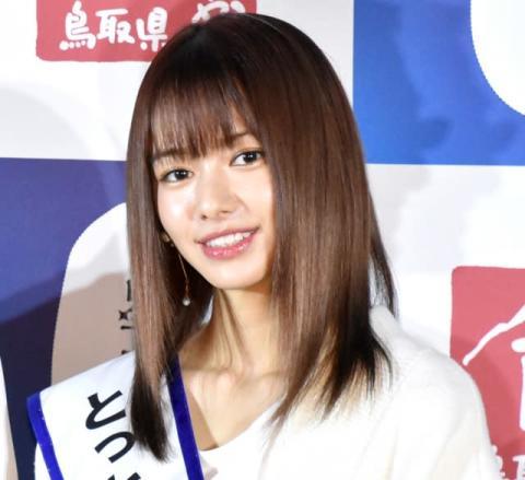 山本舞香、ミニスカJK制服ショットに反響「彼女感すごい」「スタイルよすぎ」