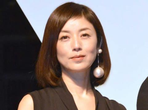 高岡早紀、大胆胸元のセルフヘアカラーショット「胸元もお顔も美しい」「自分でするの意外です」