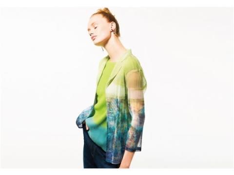 シワにならない!透け感素材のプリーツが美しい新感覚テーラードジャケット
