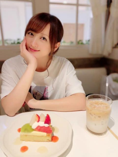 小松彩夏のお祝いショットに反響「まるでおうちデートしてるみたいw」