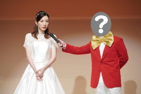 永野芽郁、ミスコンでドレス姿披露 『親バカ青春白書』場面写真が公開