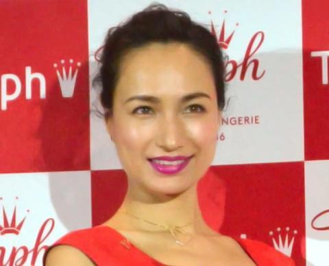 佐田真由美、美背中ぱっくりショット公開「キレイな肩甲骨」「お美しい」