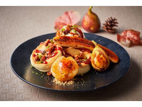 キャラメリゼした秋のフルーツをたっぷり添えた「紅茶のパンケーキ」が登場