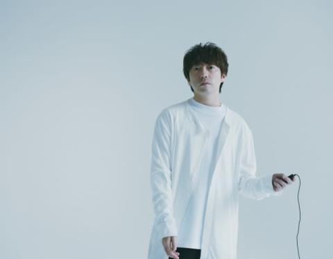 高橋優、10周年でついに眼鏡を外す 新曲MVでピアノ演奏も