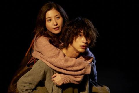 横浜流星、足を痛めた吉高由里子をおんぶ 映画『きみの瞳が問いかけている』場面写真解禁