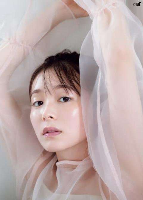 """久間田琳加、ツヤ肌""""接写7連発"""" 『ar』初登場で「透明感メイク」モデルに"""