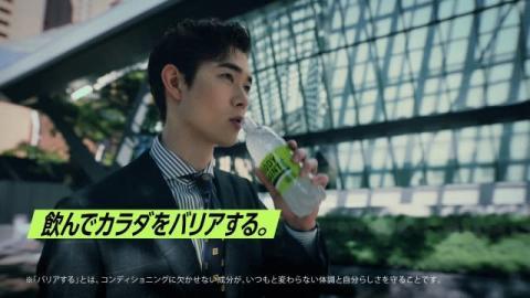 宮沢氷魚がスタイリッシュなスーツ姿を披露、健康維持を訴える新CMが放送開始「体調管理はみんなのために」