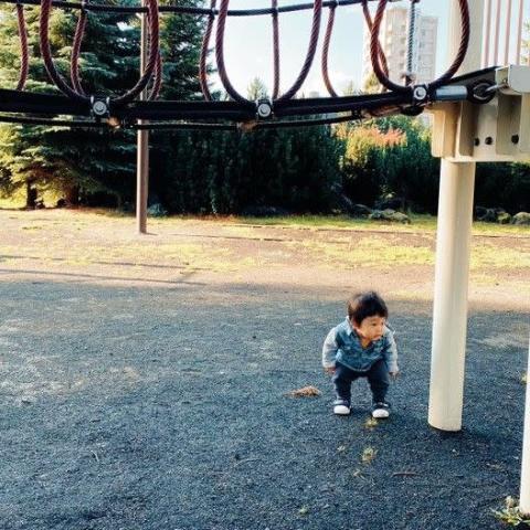 """1歳にして学習能力高すぎ? どう見てもぶつからない遊具をかがんで避ける""""リスク管理ボーイ""""に「可愛すぎてむり」"""