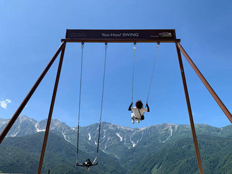 ハロウィーンは白馬岩岳山頂の絶景大型ブランコで「靴飛ばし選手権大会」!