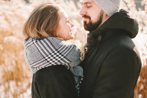 男性が冬だからこそ「可愛い」と思う女性の仕草