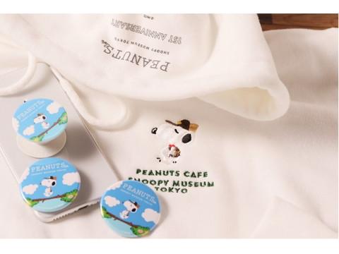 「PEANUTS Cafe スヌーピーミュージアム」1周年記念オリジナルグッズ登場