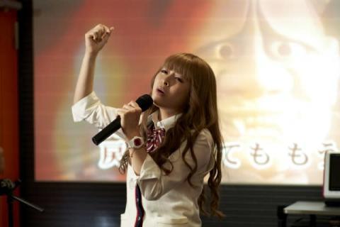 森七菜、金髪ギャル姿でノリノリ熱唱 『ライアー×ライアー』場面写真公開