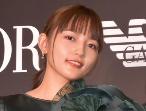川口春奈、お腹チラリなミニスカ美脚ショット「超絶イケてる…」「お腹がキレイ!!!」