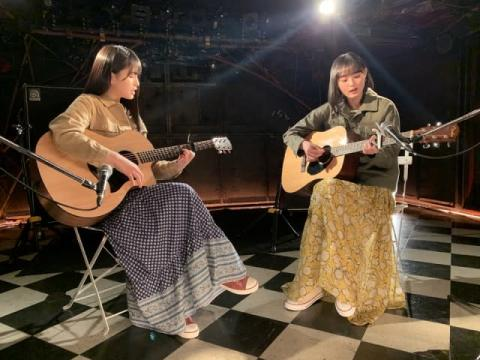 乃木坂46大園桃子&遠藤さくら、ライブハウスでギター弾き語り 「友情ピアス」MV公開