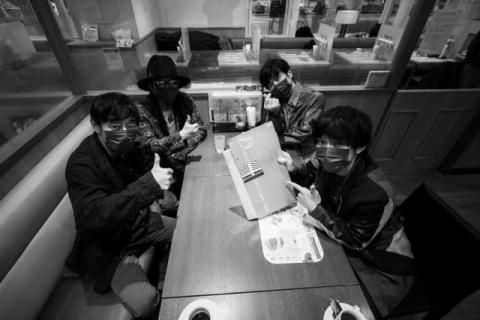 """スピッツ、ゆかりの場所""""デニーズ南阿佐谷店""""を30年ぶりに再訪"""