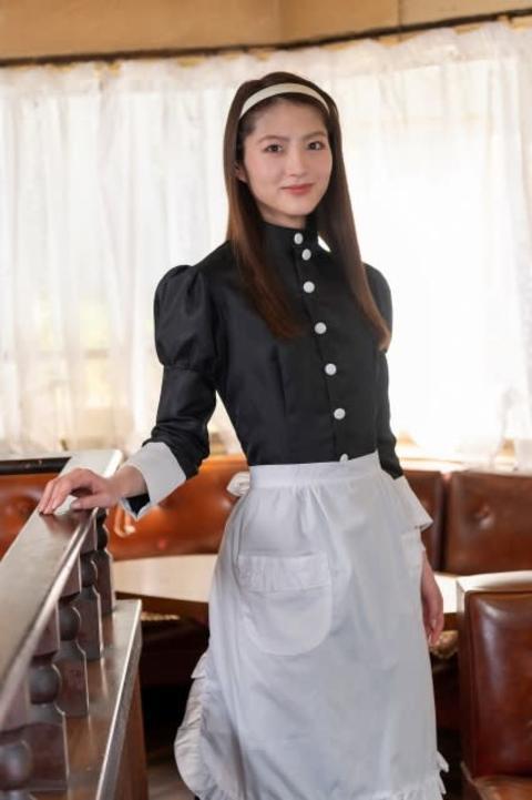 若月佑美、ウエイトレスの制服姿を披露「コーヒーを出したり下げたり、家で練習していました」
