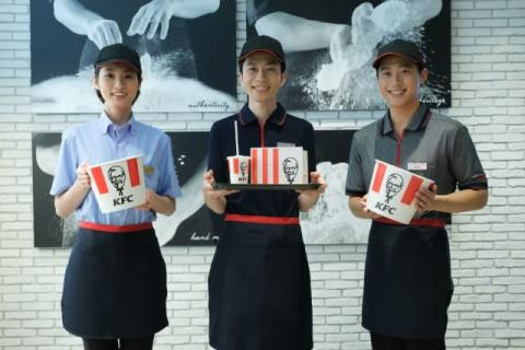 日本KFC、5年ぶりにユニフォーム一新  歴代全ユニ登場の記念ムービーも公開