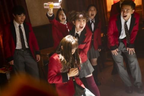 福本莉子、衝撃の表情で追い詰める『賭ケグルイ双』場面カット