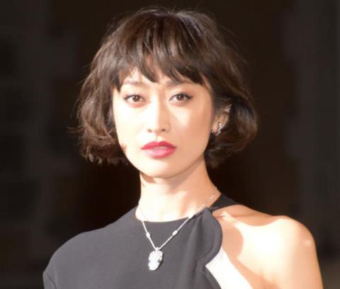 山田優、シルバーグレー髪にイメチェン「イケメン!」「弟さんとそっくり」