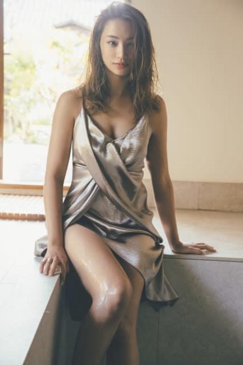高橋メアリージュン、大胆ドレスでボディラインあらわ