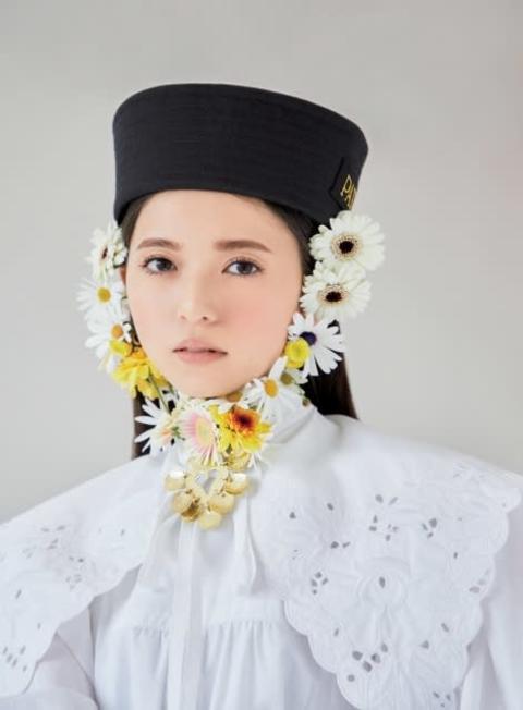 齋藤飛鳥、ポジティブムードの春ファッション華麗にまとう 『sweet』カバーモデルに