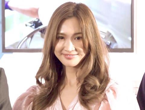 """紗栄子、エプロンで""""レジ打ち""""姿に反響「可愛いの最上級」 GW中のショットを公開"""