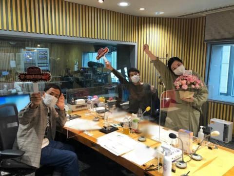 """平野ノラ、産後2ヶ月で復帰 ナイツの生ラジオで""""記者会見""""「帰ってまいりました!」"""