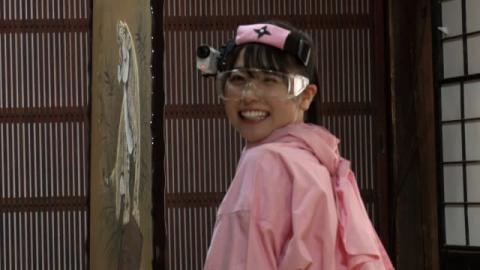 日向坂46丹生明里、ピンクの忍者衣装で防犯カメラとバトル