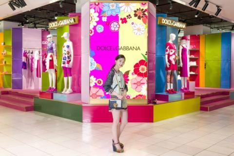 西野七瀬、ドルチェ&ガッバーナ「DG POP」来場 カラフルコレクション楽しむ