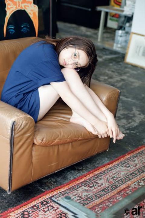 吉川愛、レアなメガネ顔を披露 大きめTシャツからスラリ美脚も