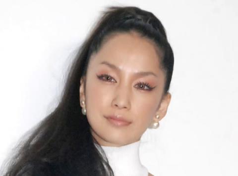 中島美嘉、自撮りショットに反響 「すっぴんも美人!」「お肌綺麗」の声