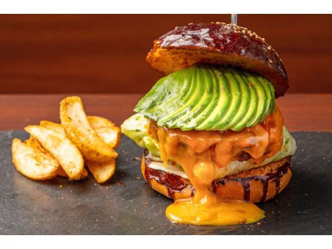 100%ラム肉バーガーを堪能!「Luxe Burgers & Sunny's Table」リニューアルOPEN